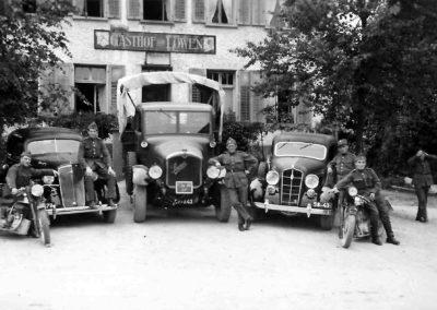 Soldaten vor dem Leue, zwischen 1939 und 1945